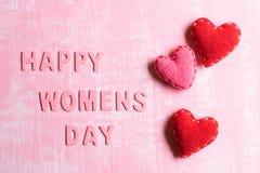 De dagconcept van vrouwen Rode Harten met Houten brieven die de dag vormen van woord Gelukkige die Vrouwen op roze en witte houte stock fotografie