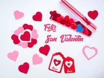 De de dagdecoratie van San Valentinemaakte withabox met de bonen van de hartgelei gummies en rode en roze document harten Minna stock fotografie