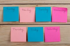 De dagen van de week - de document stickers in bijlage aan de raad is stock foto