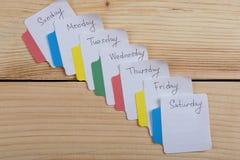 De dagen van de week - de document stickers in bijlage aan de raad is royalty-vrije stock afbeeldingen