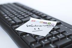 De dagen van de week geschreven teller op de sticker zijn op het toetsenbord royalty-vrije stock foto's