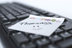 De dagen van de week geschreven teller op de sticker zijn op het toetsenbord royalty-vrije stock afbeelding