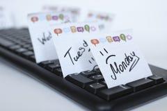 De dagen van de week geschreven teller op de sticker zijn op het toetsenbord stock foto