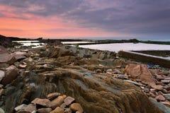 De dageraad van de rotsachtige kust Stock Afbeeldingen