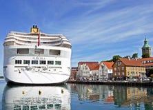 De DAGERAAD van het cruiseschip door P&O Cruises heeft bij Skagenkaien-Pijler in de haven van Stavanger Noorwegen vastgelegd Royalty-vrije Stock Afbeeldingen