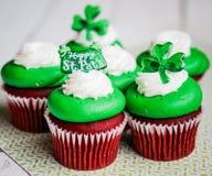 De Dagfluweel van StPatrick cupcakes royalty-vrije stock foto's