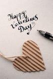De daghand van de gelukkige valentijnskaart het van letters voorzien - met de hand gemaakte kalligrafie Royalty-vrije Stock Afbeeldingen