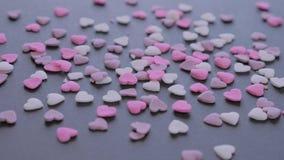 De Daghart gevormd suikergoed van Valentine op zwarte achtergrond stock video