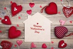 De Dagkaart van groetvalentijnskaarten met huissymbool en rode harten  Royalty-vrije Stock Fotografie