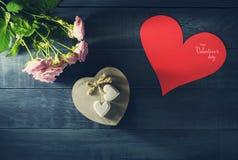 De Dagkaart van Valentine ` s met een boeket van rozen en hart Stock Foto