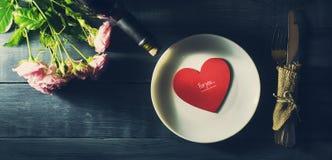 De Dagkaart van Valentine ` s met een boeket van rozen en hart Royalty-vrije Stock Afbeeldingen