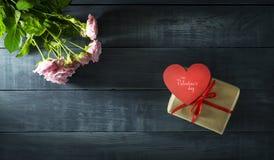 De Dagkaart van Valentine ` s met een boeket van rozen en hart Stock Afbeelding