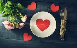 De Dagkaart van Valentine ` s met een boeket van rozen en hart Stock Fotografie