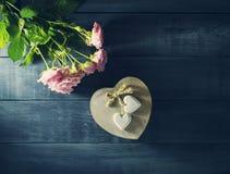 De Dagkaart van Valentine ` s met een boeket van rozen en hart Royalty-vrije Stock Foto's