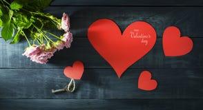 De Dagkaart van Valentine ` s met een boeket van rozen en hart Stock Foto's