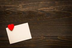 De Dagkaart van Valentine ` s met hart op de houten textuurachtergrond met exemplaarruimte Royalty-vrije Stock Fotografie