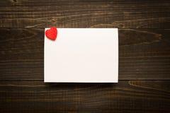 De Dagkaart van Valentine ` s met hart op de houten textuurachtergrond met exemplaarruimte Royalty-vrije Stock Afbeeldingen