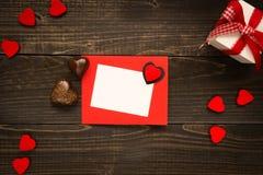 De Dagkaart van Valentine ` s op de houten achtergrond Giftdoos, rode harten en chocolade op het houten bureau Royalty-vrije Stock Foto