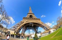 De daglichtmening van de Toren van Eiffel (La-Reis Eiffel), is een toren van het ijzerrooster die op het Champ de Mars wordt geve Stock Fotografie