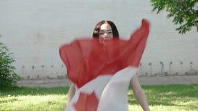 De dagpret van Canada Meisje met Canadese vlag stock footage
