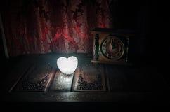 De Dagsamenstelling van Valentine met snoepje die multicolored hart op donkere achtergrond en oud uitstekend klok, tijd en liefde Royalty-vrije Stock Afbeelding