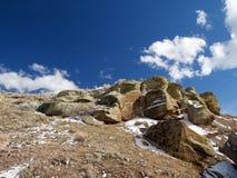De Dagzomende aardlaag van de dinosaurusheuvel na Sneeuw royalty-vrije stock afbeelding