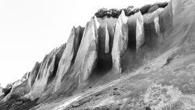 De dagzomende aardlagen van de puimrots Sluit omhoog, zwart-wit beeld Kuthinbata, Kronotsky-Reserve, het Schiereiland van Kamchat stock afbeelding