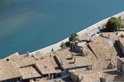 De daken en de rivier van Sisteron in Frankrijk Stock Foto's