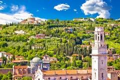 De daken van Verona en het heiligdomsmening van Madonna Di Lourdes stock afbeelding