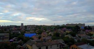 De daken van woonhuizen, vliegende hommel stock video