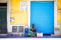 De dakloze Amerikaanse vrouw van Afro in straat, Pisa, Toscanië, Italië royalty-vrije stock foto's
