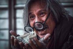 De dakloze mens kreeg heel wat geld op hem handen die gelukkig gezicht met glimlach maken - omhoog sluiten stock foto's