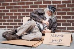 De dakloze mensen signHomeless mens vraagt om hulp royalty-vrije stock afbeeldingen