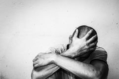 De dakloze de mensendrug en alcohol wijden zitting alleen en gedeprimeerd op de straat die bezorgde en eenzame, sociale documenta stock afbeelding