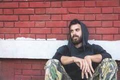 De dakloze de mensendrug en alcohol wijden zitting alleen en gedeprimeerd op de straat stock foto