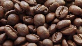 De dalende close-up van koffiebonen stock videobeelden