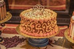 De daling als thema had verfraaide die cakes voor verkoop op een agentsinaasappelen en gouden medailles van het de Herfstblad wor royalty-vrije stock foto's