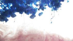 De daling van de kleureninkt Uitgespreide kleur Donkerrood, bruin, blauw en violet stock footage