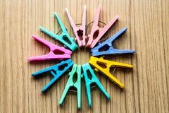 De daling van de kleurenwasknijper aan de vloer in een cirkel Stock Foto