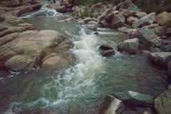 De daling van het Ghatkholawater, Purulia, West-Bengalen - India stock afbeeldingen
