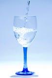 De daling van het water in glas Stock Afbeeldingen