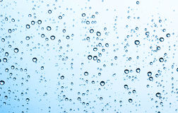 De daling van het water op glas stock afbeeldingen