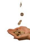 De daling van muntstukken binnen aan de meisjeshanden Stock Foto's