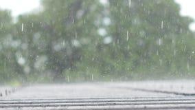 De daling van zware regendalingen onophoudelijk aan huisdak in het regenachtige seizoen stock videobeelden
