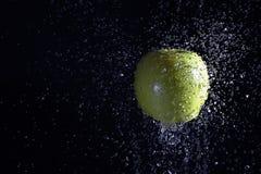 De Dalingen van de appel en van het Water royalty-vrije stock fotografie