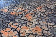 De dalingen van de droogteregen op droge uitgedroogde gebarsten aarde Stock Afbeeldingen