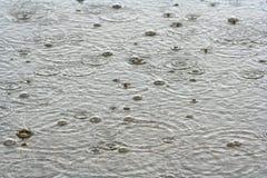 De Dalingen van de regen in het Water stock afbeeldingen