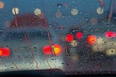 De dalingen van de regen op autoglas Stock Foto
