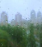 De dalingen van de regen op een venster Royalty-vrije Stock Afbeelding