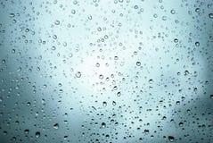 De dalingen van de regen op een venster Royalty-vrije Stock Foto's